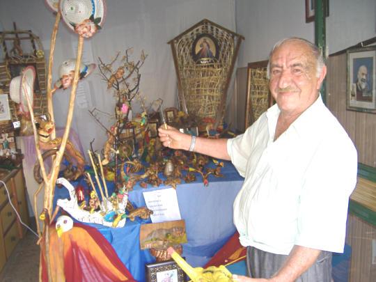 Ferdinando Di Libero davanti alla sua mostra
