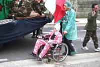 Ferito sulla sedia a rotelle