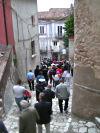 La processione si inoltra nel centro storico