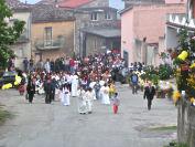 La processione sale lungo via Castagna