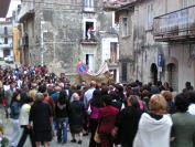 La processione da via Elci scende verso il centro storico