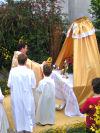 Il Santissimo Sacramento su un altarino