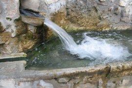 Acqua che fuoriesce nel lavatoio laterale destro della fontana in piazza Antinora