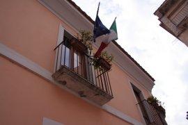 Bandiere esposte al municipio
