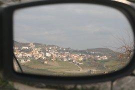 Centro abitato di San Lorenzo Maggiore visto dallo specchietto retrovisore