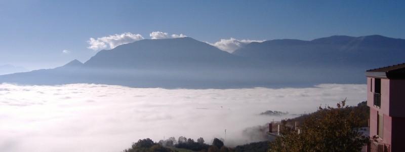 La Valle Telesina coperta da un mare di vapore